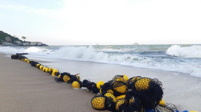ทุ่นตาข่ายป้องกันฉลามหาดทรายน้อย บ้านเขาเต่าถูกคลื่นซัดเกยหาด